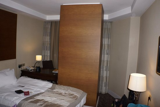 Bera Ankara: Monolithic pillar extending through the room