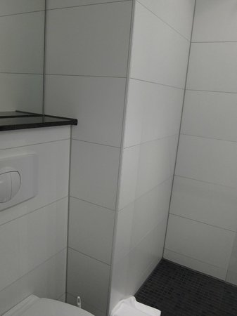 Motel One Muenchen-Sendl. Tor: Quite small bathroom