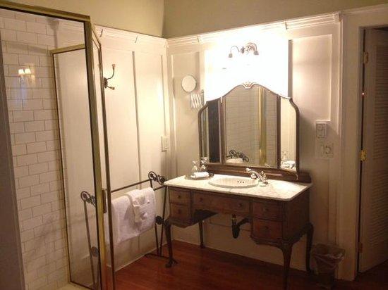 Rosewood Victoria Inn : Bathroom vanity