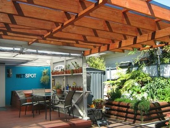 Rotorua City Homestay: Outdoor pergola provides filtered sunlight.