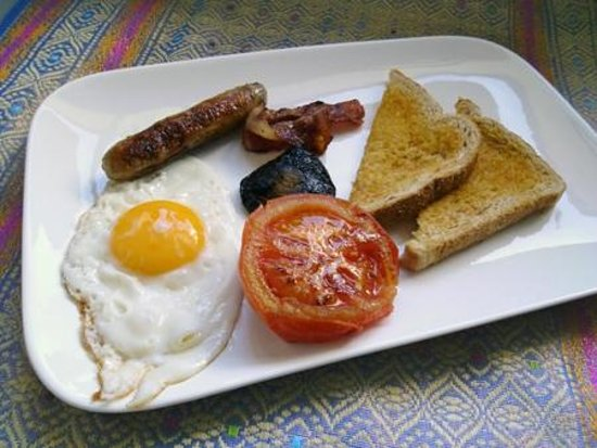 Rotorua City Homestay: English cooked breakfast with egg, sausage, bacon, mushroom, tomato and toast.
