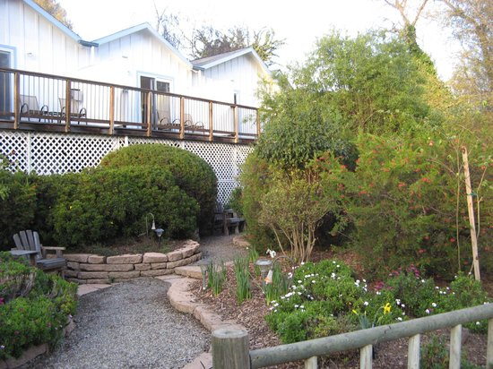 Bluebird Inn: Gardens