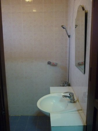 Vangsavath Hotel: Shower/bathroom - standard room