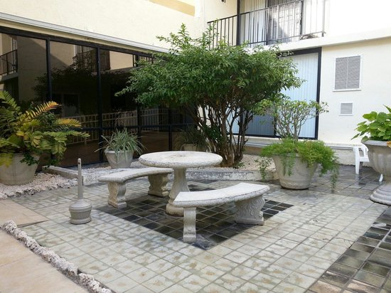 Coral Beach Hotel and Condos: Picnic table