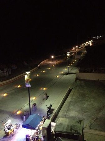Playa Linda Hotel: same view at night. very quiet on the malecon