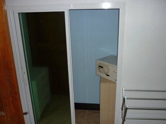 "Escape-Cabins: Wardrobe and safe in ""Sino"" room"