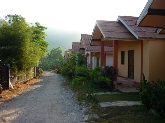 "Escape-Cabins: Driveway. Main part of property on left, ""Sino"" garden view rooms on right."