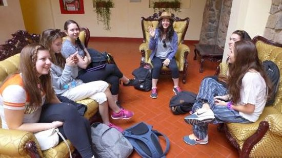 Siete Ventanas Hotel: Teenagers from USA in the lobby