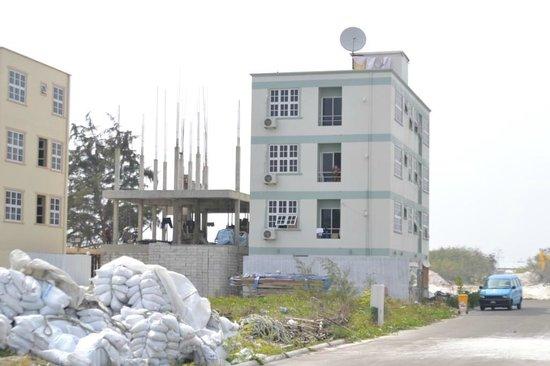 Hotel UI Inn: Сам отель между стройками