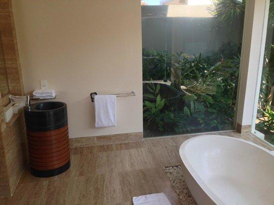 Pullman Danang Beach Resort: Huge bathroom