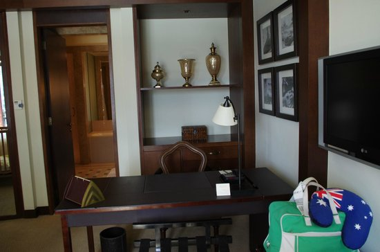 Palace Downtown: Writing desk in suite