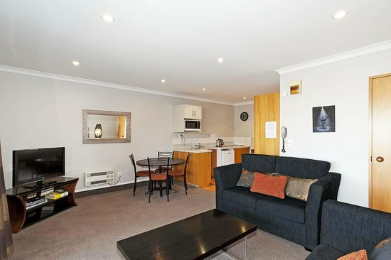 Strathern Motor Lodge: Two bedroom unit - lounge/kitchen area