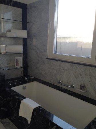 The Ritz-Carlton, Vienna: ванная отеля
