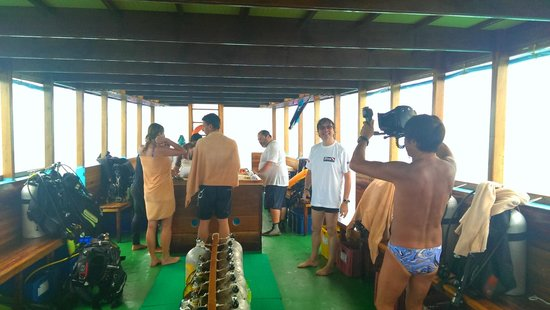 VOI Maayafushi Resort: Dhoni, tipica barca maldiviana, utilizzata per immersioni