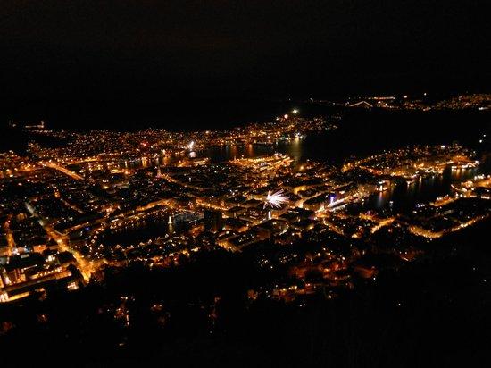 Mount Floyen and the Funicular (Floibanen): ベルゲンの夜景