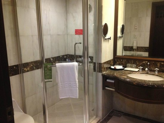 Evergreen Plaza : Bathroom