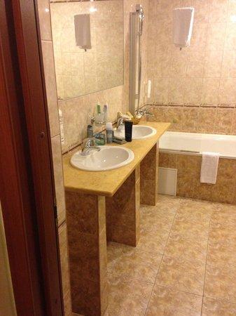 SunFlower Park Hotel: ванная в сьюте