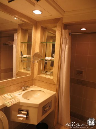 Quest Hotel and Conference Center Clark: Nice Bathroom in our room, toiletries toiletries toiletries great too!