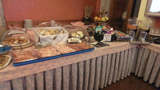 Colomba d'Oro Hotel: Buffet a colazione