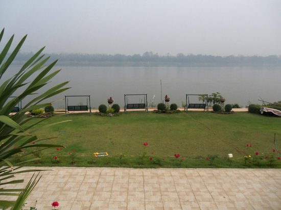 Chiangkhan River Mountain Resort: View from balcony - river front room