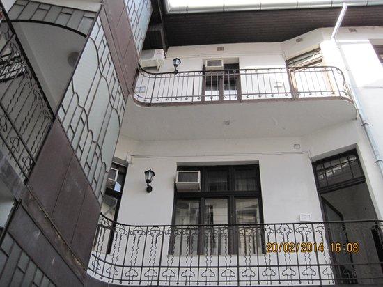 King's Hotel: Внутренний дворик с лестницей и балкончиками