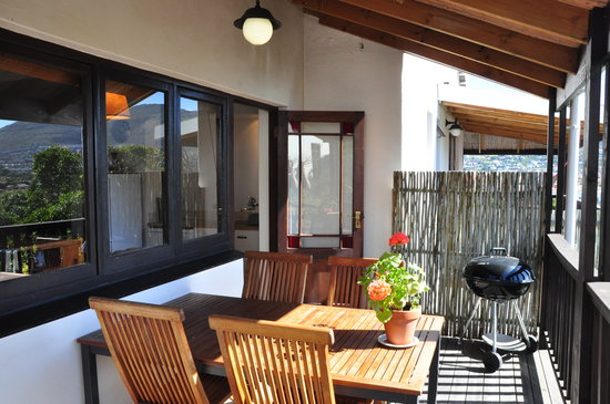 Clovelly Lodge Guest Apartments : Deck with BBQ