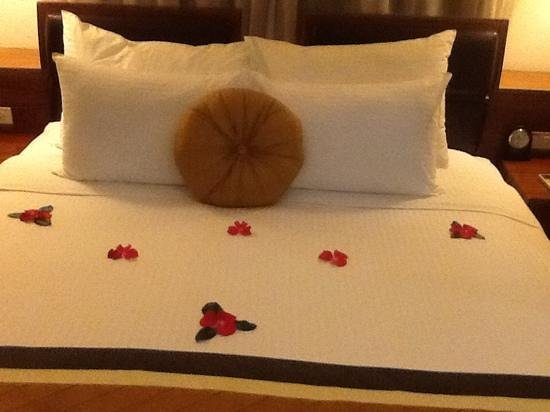 Hanoi Elite Hotel: A sweetly scented design on the duvet on arrival