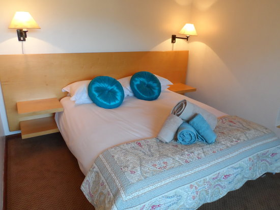 Clovelly Lodge Guest Apartments: Queen en-suite bedroom