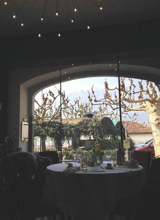 Alle Darsene di Loppia: Montagne innevate come sfondo di questa ampia finestra