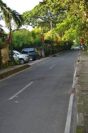 Sanur Beach Villas: View on the street outside