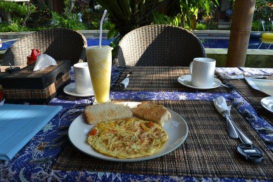 Sanur Beach Villas: Breakfast supplied with room