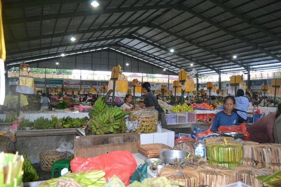Sanur Beach Villas : Purchasing fresh vegetables from local Market for cooking class