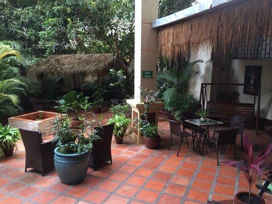Alibi Guesthouse : dining/family/wifi area