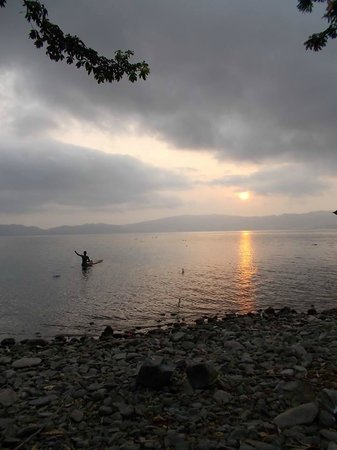 Cocoa Village Guesthouse: Morning view on Lake Bosumtwe from the guesthouse Cocoavillage