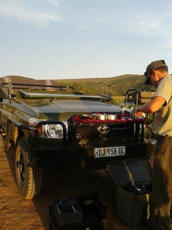 HillsNek Safaris, Amakhala Game Reserve: Apéritif au milieu de la réserve