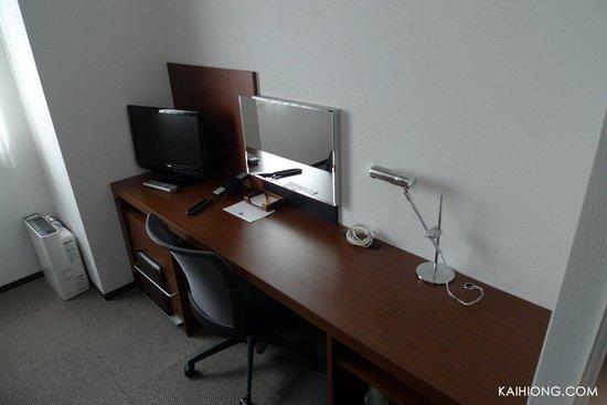 Hotel Mystays Asakusa-bashi: A small TV in each room