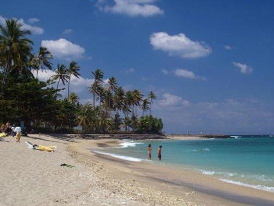 Senggigi Beach: Pantai Senggigi adalah tempat pariwisata yang terkenal di Lombok