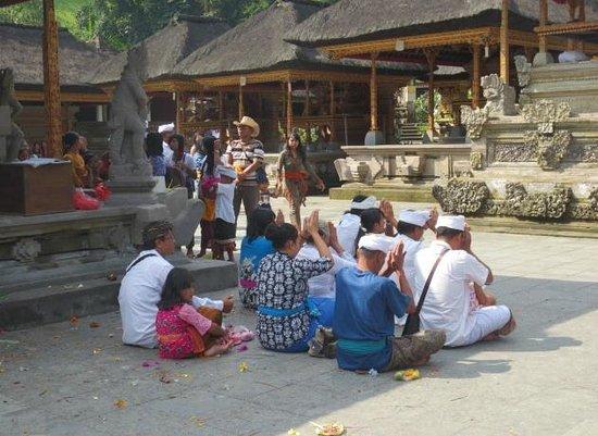 Tirta Empul Temple: Praying people