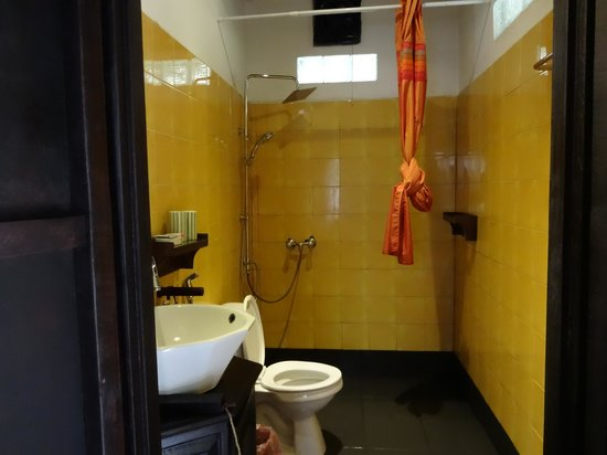 Nong Kiau River Side Rooms : Tiny loos