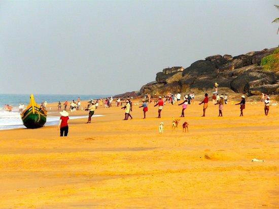 Fusion: pécheurs tirants leurs filets le matin sur la plage