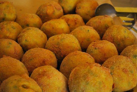 Rosticceria Centrale: Arancini di riso alla siciliana con piselli e mozzarella