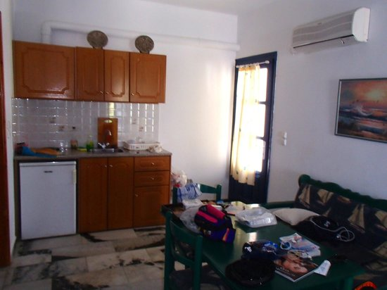 Ikaros Studios & Apartments : Coin cuisine salle à manger pièce principale