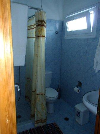Ikaros Studios & Apartments : Salle de douche et WC