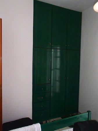 Ikaros Studios & Apartments : Placard de la chambre ainsi qu'un grand placard dans l'entrée