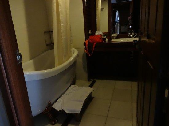 Royal Angkor Resort & Spa: Bathroom