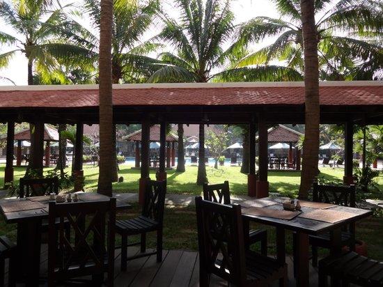 Royal Angkor Resort & Spa: Restaurant near pool