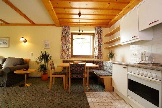 Aparthotel Hutter: Küchenzeile mit Essecke