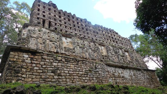 Yaxchilan: combs atop a structure