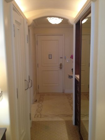 Montage Beverly Hills : closet and hall