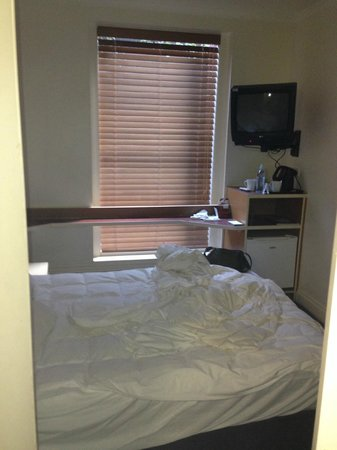 Pensione Hotel Melbourne - by 8Hotels: bed with tv